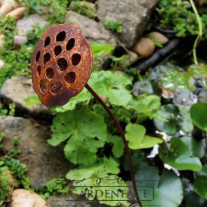 kovový zápich s patinou rzi - lotus