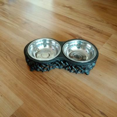 nerezová dvojmiska v litinovém podtavsi pro psy a kočky