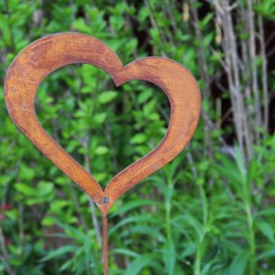 zahradní kovový zápich s patinou - vykrojené srdce