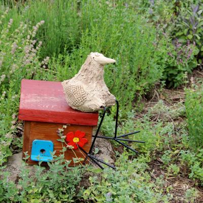 keramický pták nohatý sedící