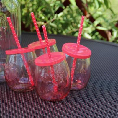růžová sklenice s brčkem