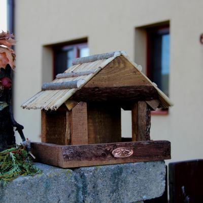 krmítko pro ptáky s doškvou střechou
